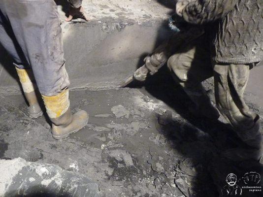 Distacco del blocco di ardesia mediante martello pneumatico