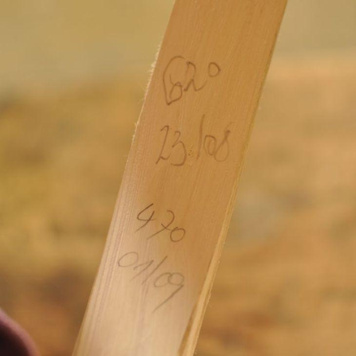 Eltern-Kind-Bogenbaukurs mit Franz Tapfer und Ernst Gamper im archeoParc-Freilichtbereich<br/>Workshop sulla costruzione di archi in legno per bambini e genitori presso l'area all'aperto dell'archeoParc<br/>Child and parent workshop on making bow and arrow <br/><br/>September 2016