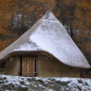 Die Hausrekonstruktion Brescia-San Polo <br/>La casa neolitica ricostruita Brescia-San Polo<br/>The house reconstruction Brescia-San Polo<br/><br/>2.600 B.C.<br/>Brescia-San Polo, I