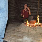Vorführung zur Zubereitung steinzeitlicher Speisen im archeoParc Schnalstal<br/>Dimostrazione sulla cucina ai tempi di Ötzi all'archeoParc Val Senales<br/>Demonstration of cooking a Neolithic meala t archeoParc Val Senales
