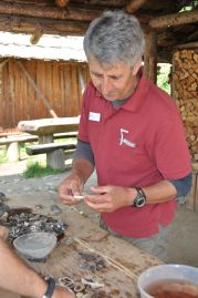 Ernst Gamper erklärt in der Besucherwerkstatt wie Hirschgeweih bearbeitet wird<br/>Ernst Gamper spiega il laboratorio della lavorazione del palco di cervo<br/>Ernst Gamper explains the hands-on activity with deer antlers