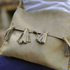Kunstwerke entstanden im Kindersommer im archeoParc Schnalstal<br/>Borse di cuoio costruite durante il grest estivo nell'archeoParc Val Senales<br/>leather bag from the sewing workshop during the summer camp at the archeoParc Val Senales<br/>July 2018<br/>