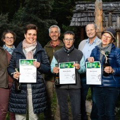 Die Siegerinnen des Bewerbs Bogenschießen, im Rahmen der Europameisterschaften für Prähistorische Waffen im archeoParc SchnalstalLa premiazione delle vincitrici del torneo di tiro con l'arco all'archeoParc Val Senales, tappa del campionato europeo per armi preistoriche Presentation ceremony for the winners of the archery competition, category Women, during the European Championship for Prehistoric Weapons at archeoParc Val Senales f.l.t.r.: archeoParc director Johanna Niederkofler, Sabine Mattasch (3rd place), Ernst Gamper, Marlen Mischler (1st place), the major of Senales Karl Josef Rainer, Bärbel Berhorst (2st place)September 2019