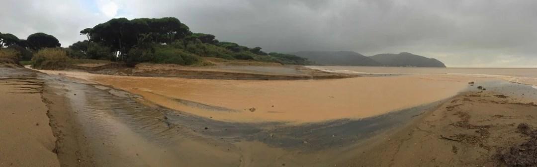 la spiaggia dopo il nubifragio a Baratti del 28 ottobre