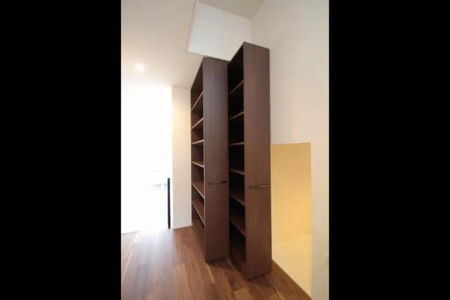練馬区注文住宅の造作家具/スライド式本棚の画像