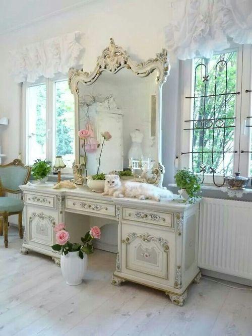 16 Gorgeous Vintage Make-Up Vanity Design Ideas on Make Up Room Design  id=58516
