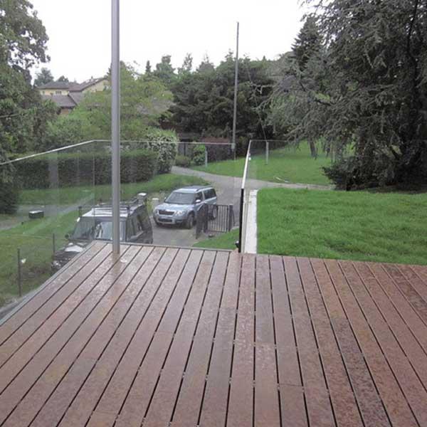 terrasse en bois avec jardin