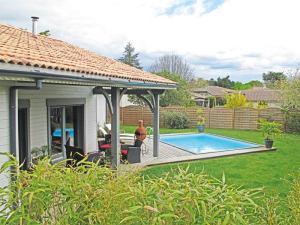 piscine d'une maison bois familial