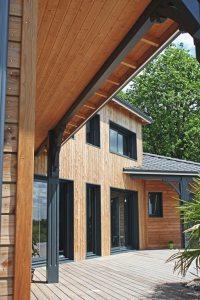 maison ossature bois moderne avec jardin et piscine