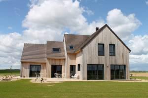 maison bois classique avec jardin à la campagne
