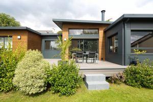 terrasse d'une maison bois moderne et familiale avec jardin