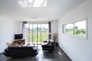 aménagement intérieur d'une petite maison bois familial avec jardin