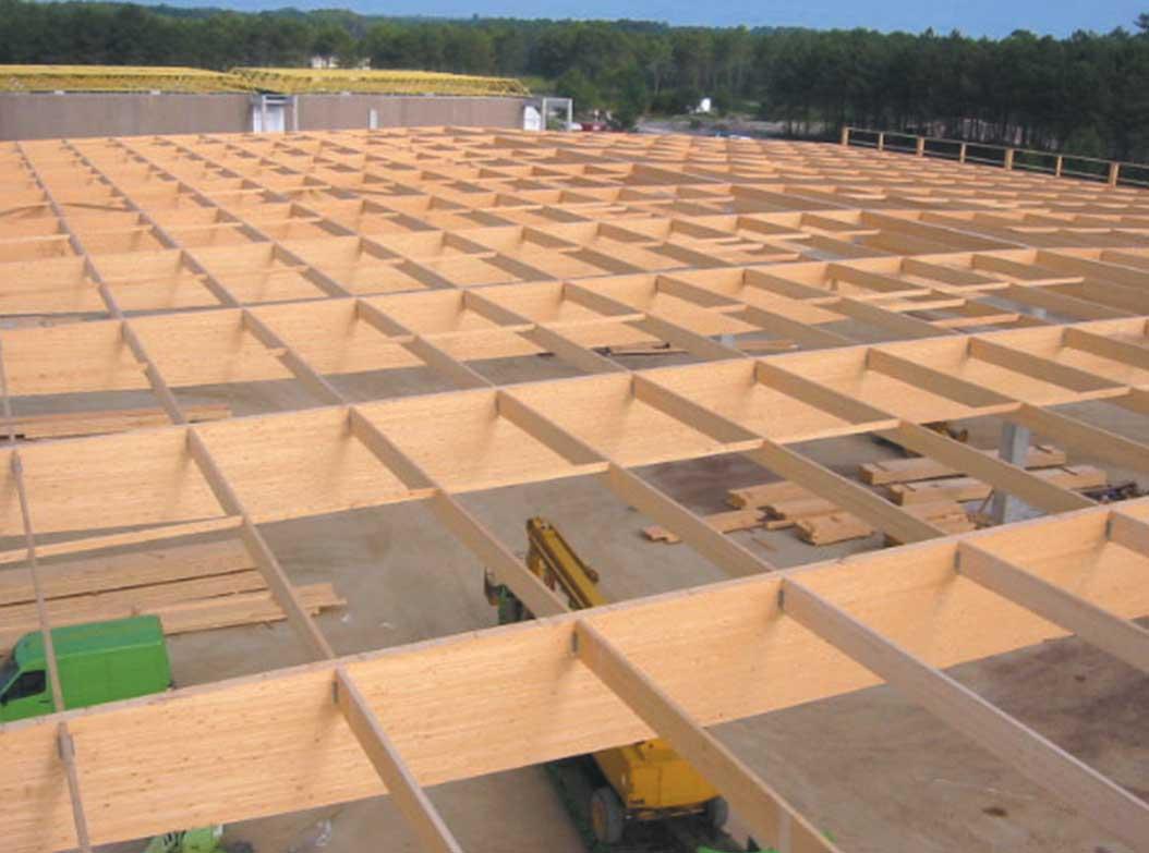 la construction du toit du bâtiment en bois lamellé-collé