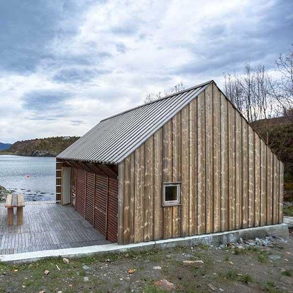 petite maison bois au côte d'une lac