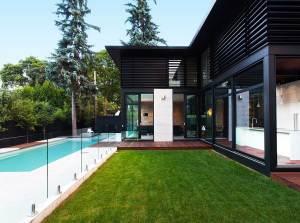 piscine d'une maison bois moderne au Canada