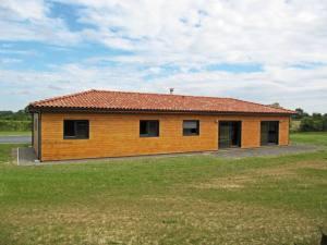 maison bois moderne et familial avec jardin
