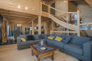 aménagement intérieur d'un chalet en bois familial enneigée