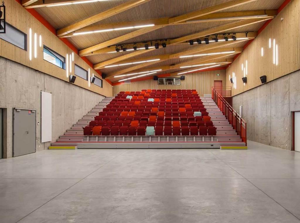 """aménagement intérieur au """"Le Cairn"""" centre culturel en bois à Lans en Vercors"""