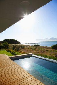 piscine d'une maison bois avec jardin