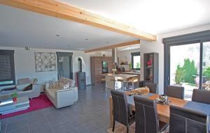 aménagement intérieur d'une maison bois moderne à la campagne