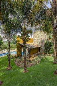 piscine d'une maison bois avec jardin en Brèsil