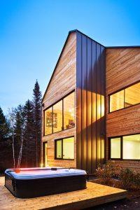 hot tub d'une maison bois moderne
