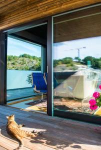 terrasse d'une maison bois moderne au côte de la mer
