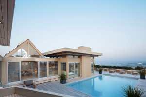 piscine en bois d'une maison bois moderne aux États-Unis