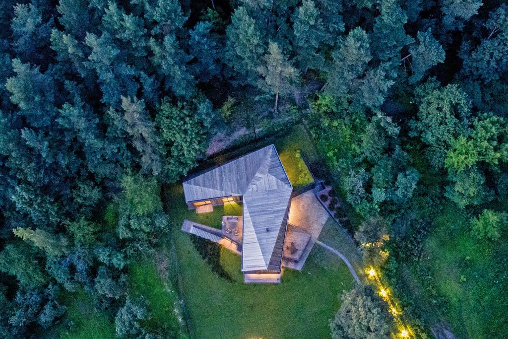 maison en bois dans la forêt en lituanie