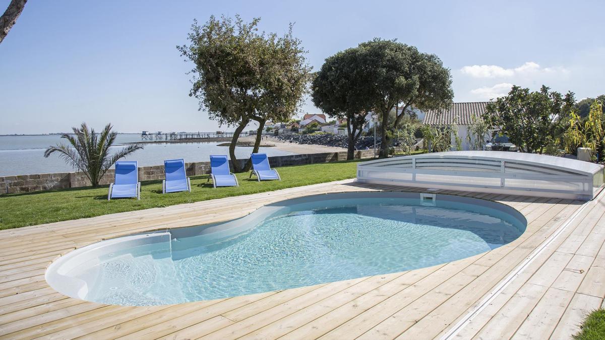 piscine et terrasse en bois avec vue magnifique sur la mer