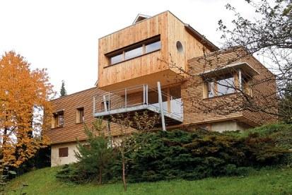 maison bois moderne avec terrasse en bois et jardin