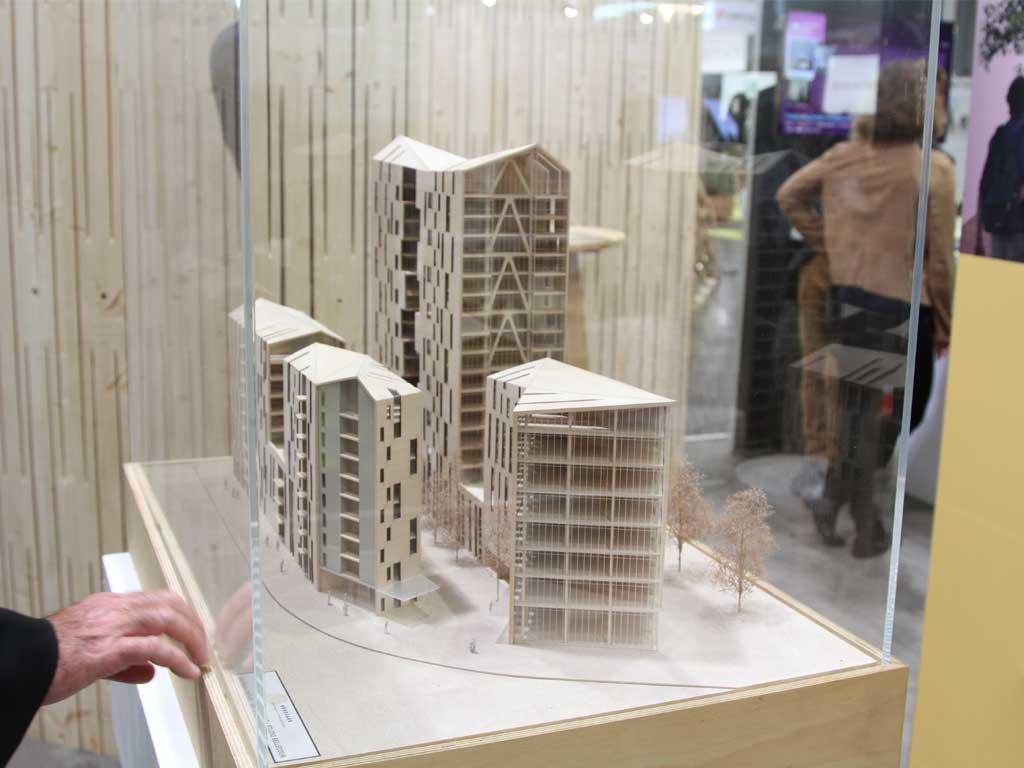 Exposition des maquettes des projets d'immeubles à vivrev bois à Bordeaux lors de Woodrise 2017