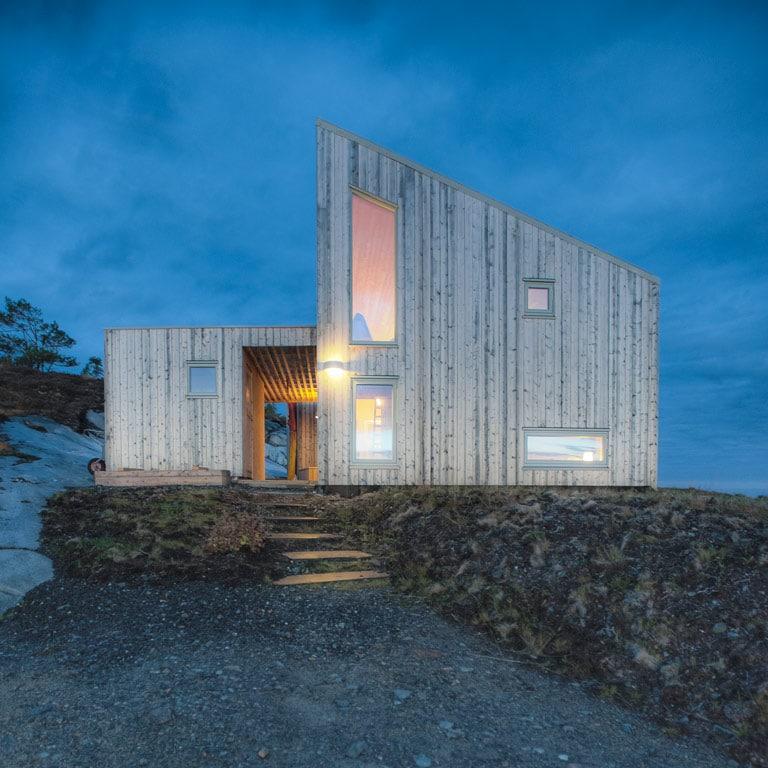 Chalet argenté Norvège au côte de la mer en Bretagne