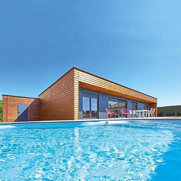 maison préfabriquée en bois avec piscine