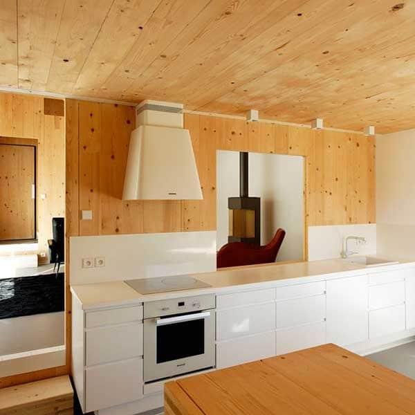 Aménagement intérieur d'une maison en bois dans la région Normandie