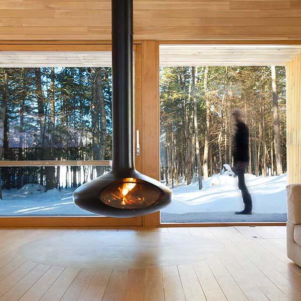 chauffage au bois moderne dans le salon