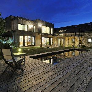 maison contemporaine en bois avec piscine