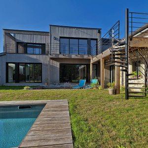 maison bois avec terrasse, jardin et piscine