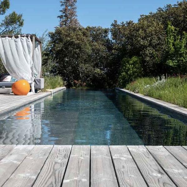 terrasse en bois avec piscine d'une maison bois