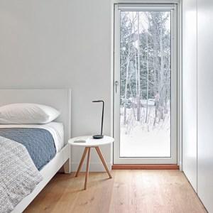 chambre des parents avec parquet dans une maison confortable au Canada