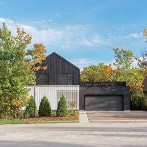 chalet en bois avec jardin et garage au Canada designed par Atelier Kastelic Buffey