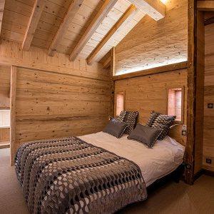 chambre des parents en bois dans chalet conçu par Décobois