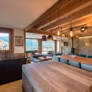 salle à manger en bois avec séjour