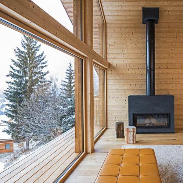 séjour design et atypique et cheminée en Haute-Savoie