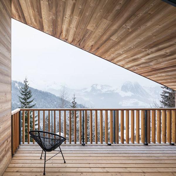 terrasse bois d'une maison bois dans les montagnes