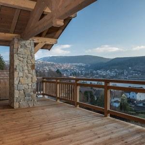 terrasse en bois avec vue magnifique sur lac du Gérardmer