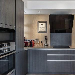 cuisine moderne noire dans maison en bois cèdre