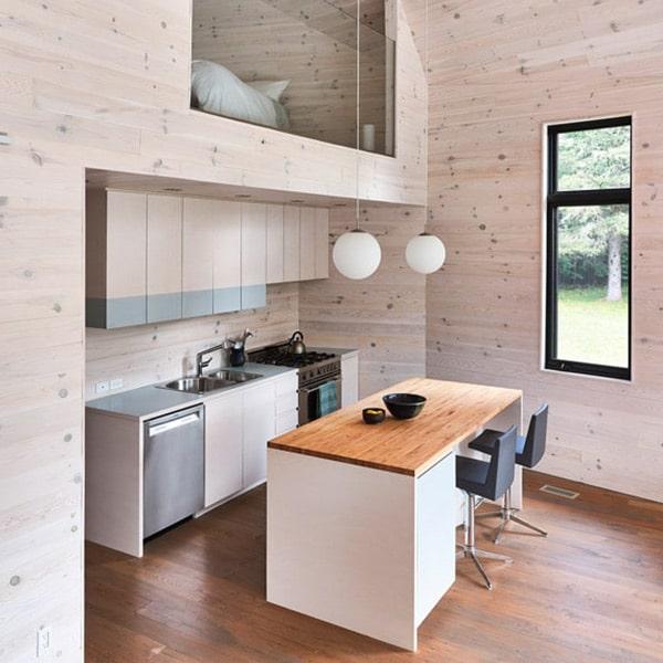 cuisine ouverte en bois dans maison familial en bois au Canada