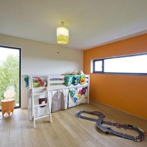 chambre des enfants au parquet dans maison bois moderne avec piscine