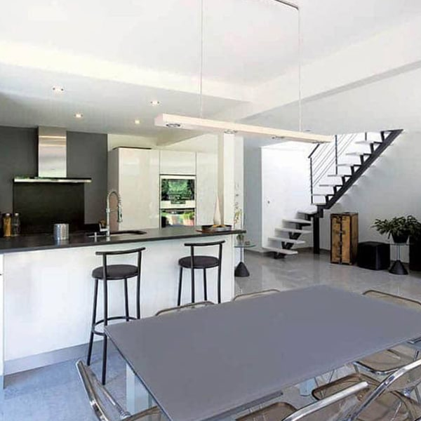 cuisine et salle à manger et escliers